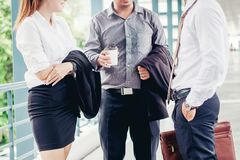 亚洲小组商人谈话在室外在工作以后 库存图片