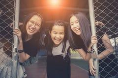 亚洲少年幸福情感的面孔在学校体育场内 免版税库存照片