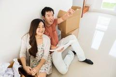 亚洲年轻夫妇计划新的空白的房子 免版税库存照片