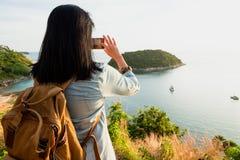 亚洲年轻旅客妇女背包徒步旅行者用途手机采取pho 库存照片