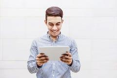 亚洲幸福商人或学生微笑,当读或Worki时 免版税库存照片