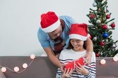 亚洲恋人夫妇,男朋友惊奇girlfriendby给的克里斯 免版税库存图片