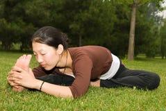 亚洲执行的女孩瑜伽 免版税库存图片