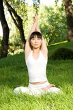 亚洲执行的女孩瑜伽 免版税库存照片