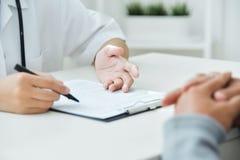 亚洲拿着剪贴板的男性和女性医生 免版税库存图片