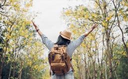 亚洲旅客妇女背包徒步旅行者培养胳膊看看看法和e 免版税库存照片