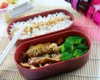 亚洲样式午餐盒用芝麻猪肉和硬花甘蓝 免版税库存照片