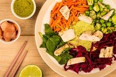 亚洲样式Chargrilled鸡丁沙拉用红叶卷心菜红萝卜E 库存照片