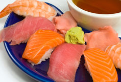 亚洲正餐鱼原始的三文鱼虾寿司金枪鱼w 库存图片