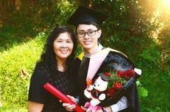 亚洲毕业 登记概念教育查出的老 库存照片