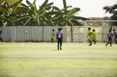 亚洲泰国儿童使用futsal在比赛在futsal沥青 免版税库存图片