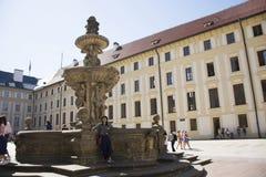 亚洲泰国妇女旅行和摆在与在布拉格城堡正方形的喷泉纪念碑  免版税图库摄影
