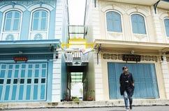 亚洲泰国妇女旅行和摆在与经典之作和古董大厦 免版税库存图片