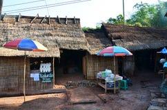 亚洲泰国老妇人人销售食物和盐在禁令Bo Kluea村庄 免版税库存照片