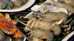 亚洲海鲜,虾,小龙虾,在柜台的螃蟹在夜街市上 植物园nong nuch pattaya泰国 股票录像