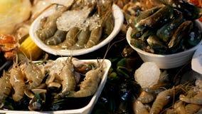 亚洲海鲜,虾,小龙虾,在柜台的螃蟹在夜街市上 植物园nong nuch pattaya泰国 股票视频