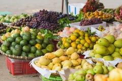 亚洲热带水果的各种各样的类型在市场上的待售 免版税图库摄影