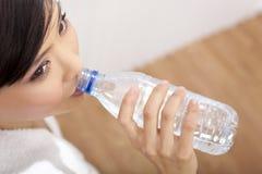 亚洲瓶中国饮用的女孩纯水 图库摄影