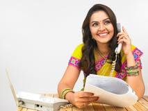 亚洲电话告诉的妇女 免版税库存照片