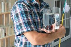 亚洲男性显示的玻璃瓶子暹罗战斗或betta鱼 图库摄影