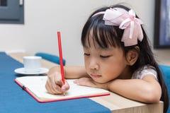 亚洲矮小的中国女孩文字家庭作业 库存图片
