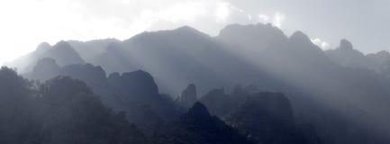 亚洲石灰岩地区常见的地形山 免版税库存图片