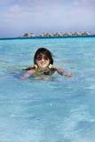 亚洲美好的方式女孩海洋游泳 库存照片