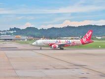 亚洲航空空中客车为从槟榔岛国际机场的起飞做准备在马来西亚 库存图片