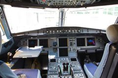 亚洲航空空中客车A320飞机的驾驶舱 图库摄影