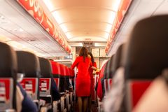 亚洲航空空服员服务食物和饮料对乘客在船上 库存照片