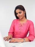 亚洲计算机她的妇女 免版税库存图片