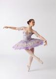 亚洲跳芭蕾舞者芭蕾舞短裙紫罗兰色佩带 图库摄影