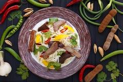亚洲面条用烤小牛肉、蘑菇和菜,顶面v 库存图片