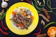 亚洲面条用烤小牛肉和菜,在tabl的顶视图 免版税库存图片