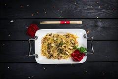 亚洲面条funchoza用海鲜和辣鱼子酱 免版税库存图片