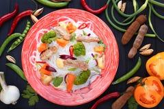 亚洲面条funchoza用烤小牛肉、蘑菇和vegetabl 图库摄影