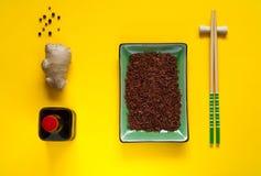 亚洲食品成分、香料和调味汁在明亮的黄色背景,拷贝空间 免版税库存照片