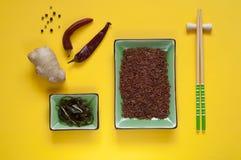 亚洲食品成分、香料和调味汁在明亮的黄色b 免版税库存照片