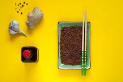 亚洲食品成分、香料和调味汁在黄色背景 最普遍的中国盘的概念在世界上 免版税库存图片