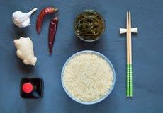 亚洲食品成分、香料和调味汁在黑暗的背景 免版税库存图片