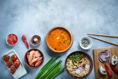 亚洲食物、汤姆薯类和拉面用虾,泰国食物在木碗、鸡蛋面、准备,辣椒、葱和蘑菇 库存图片