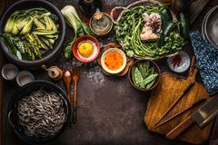 亚洲食物背景 鲜美素食成份 各种各样的绿色菜,soba面条-荞麦面条,味道盐和 免版税图库摄影