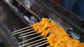 亚洲食物街道 BBQ,在棍子的格栅 快餐在亚洲国家 股票视频