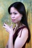 亚洲饮用的女孩水 免版税库存照片
