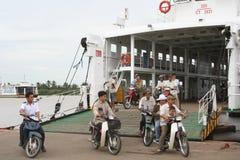 亚洲:横跨湄公河的轮渡 免版税库存图片