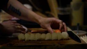 亚洲cheff切片生鱼片为做准备做寿司在日本的厨房里 股票录像