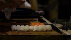 亚洲cheff切片生鱼片为做准备做寿司在日本的厨房里 影视素材