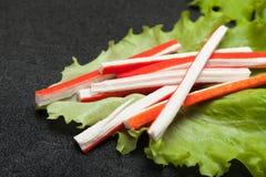 亚洲surimi开胃菜食物 从鱼卵蛋白的仿制螃蟹棍子 免版税图库摄影