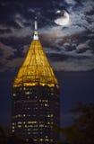 亚特兰大与培养月亮的蟒蛇塔 免版税库存照片