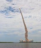 亚特兰提斯飞行为时航天飞机空间 免版税库存照片